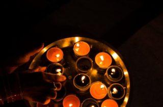 Sabe que às vezes eu acendo velas só pra ver queimar