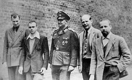 A foto abaixo registra Bonhoeffer como espião na Agência de Inteligência Militar Alemã (Abwehr), uma antagonista da Gestapo (polícia nazista).