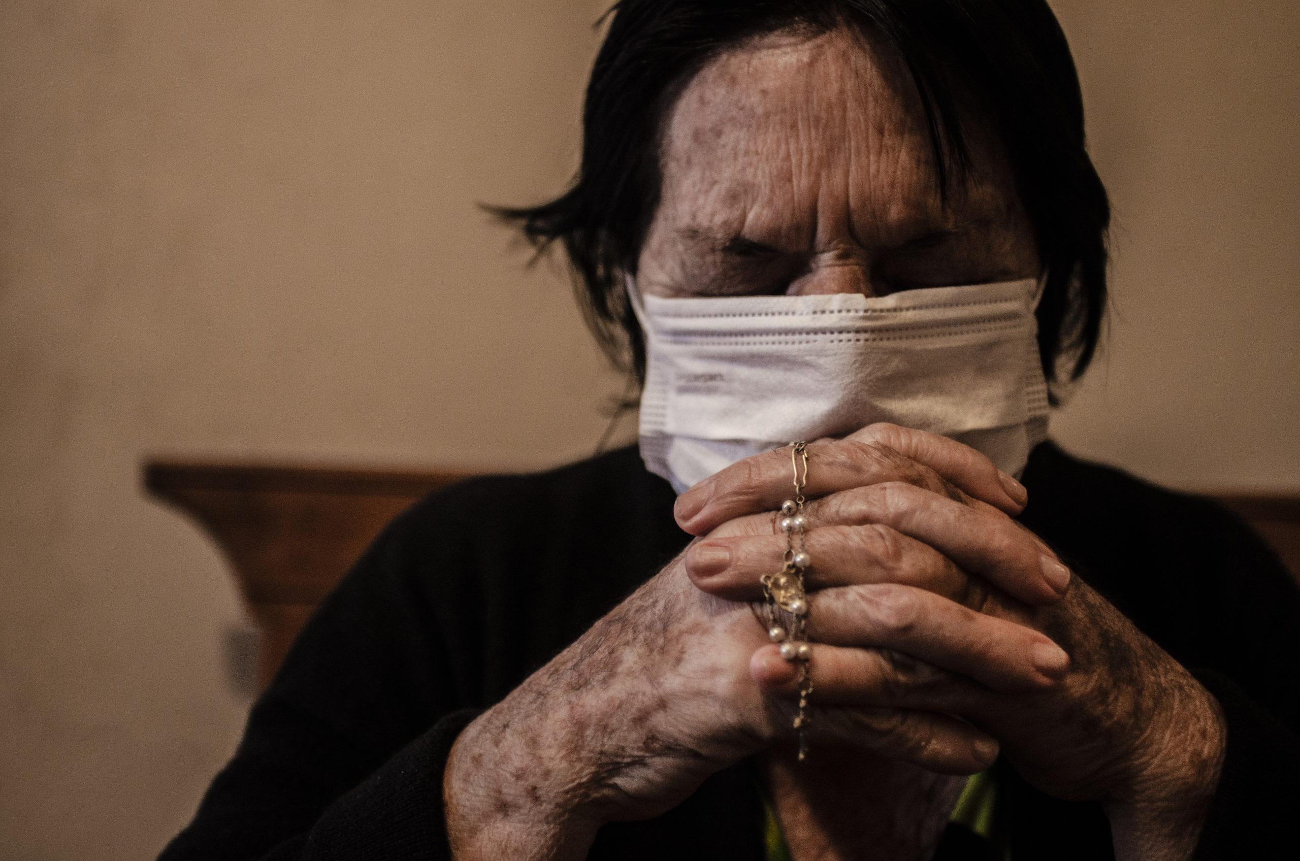 Isolamento social obriga práticas religiosas dentro de casa (Foto: Douglas Caputo)