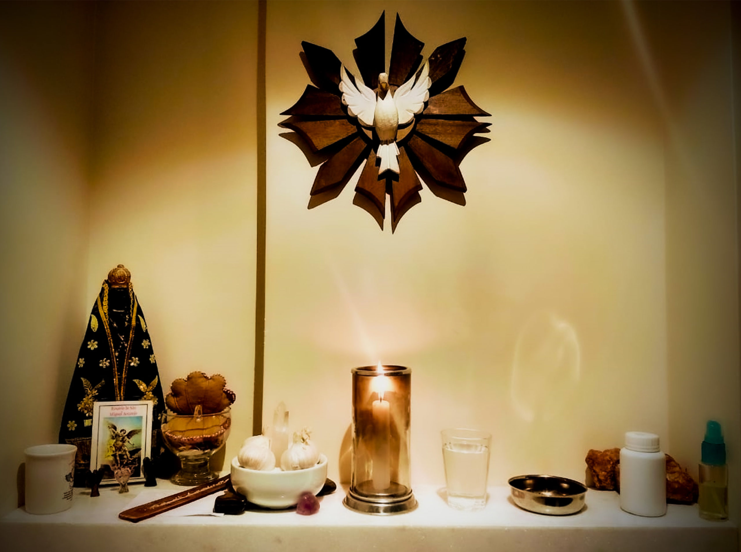 Sincretismo religioso une religiões em altar doméstico (Foto: Carlos Lara)